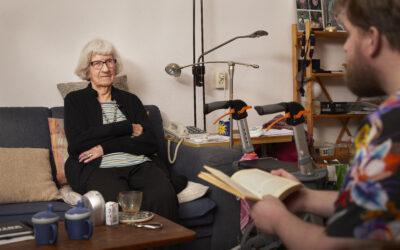 Goede buur Christopher leest voor aan 101 jarige mw. Bleys